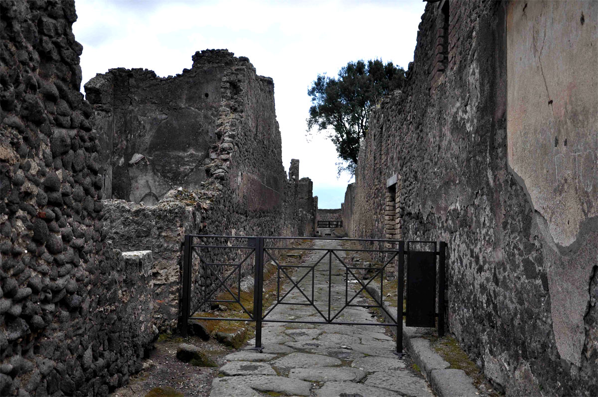 ancient civilizations the city of pompeii Pompeii was an ancient roman city near modern-day naples in italy, which was wiped out and buried under 6 meters of ash following the eruption of mount vesuvius in 79 .